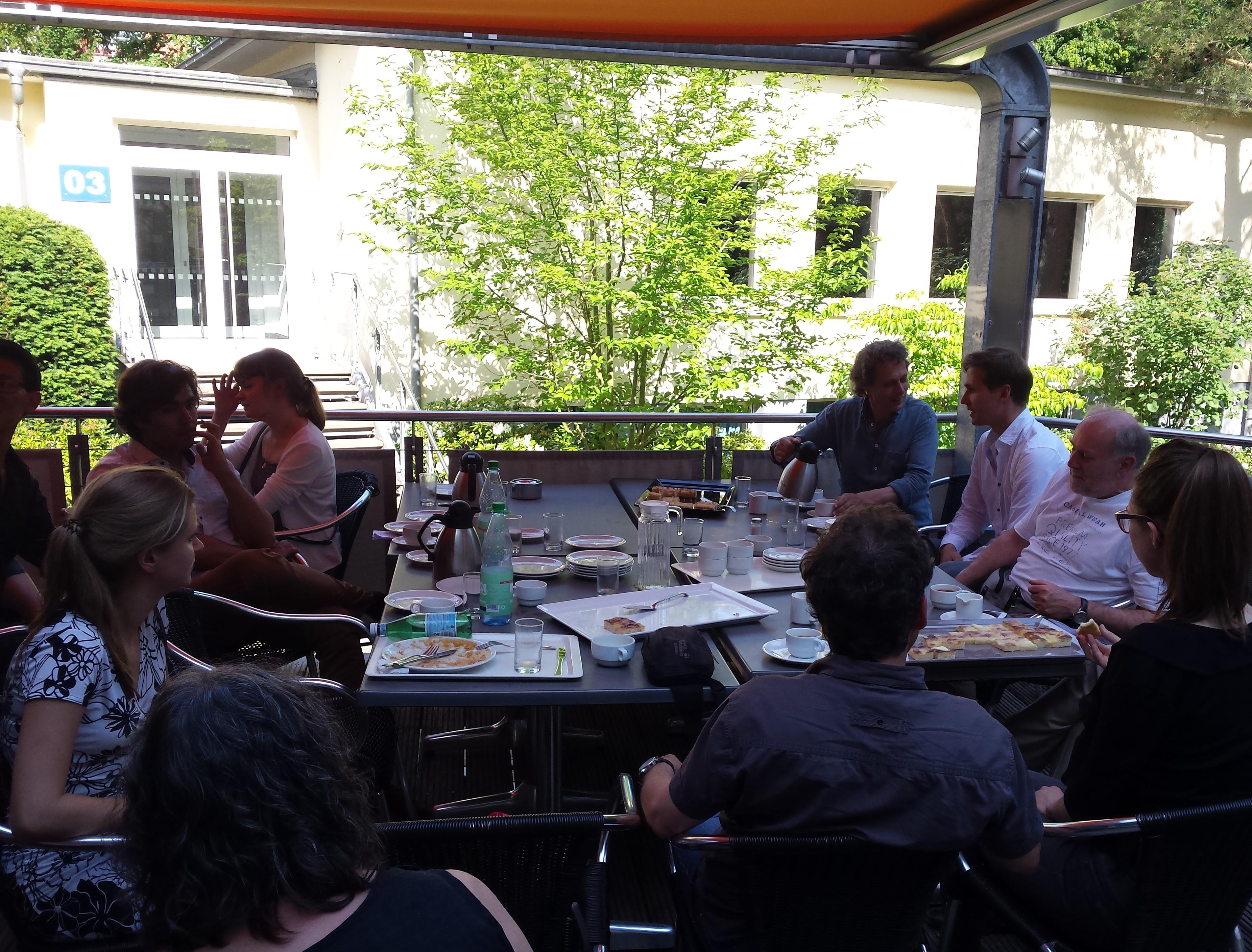 Kollegen und Akademisten bei Kaffee und Kuchen nach dem Workshop
